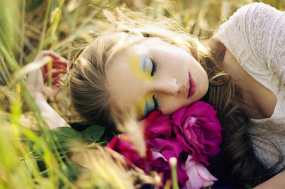 roberta-tocco-photography-fashion-beautiful-blonde-girl-woman-laying-sleeping-makeup-flowers-pink