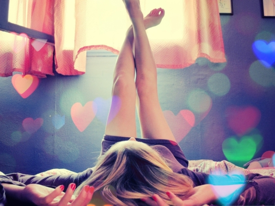 Beautiful-Girls-Image-Legs-Swing-in-the-Air-Colorful-Hearts-Around